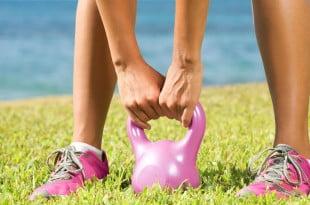 Kettlebell to doskonały sposób na pozbycie się tłuszczu i wzmocnienie kondycji.