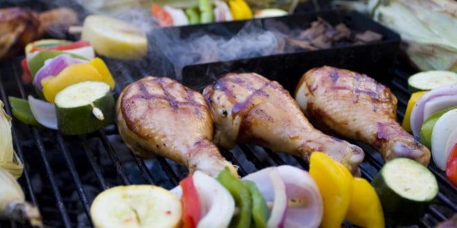 Choć przepis na udany grill to przede wszystkim tłuste mięsiow, warto spróbować zdrowych zamienników: warzyw i drobiu.