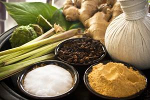 Wiele masek domowej roboty składa się ze znanych przypraw, warzyw i owoców.