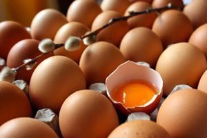 Jajka są stosowane jako baza dla maseczek naturalnych przez kobiety na całym świecie.