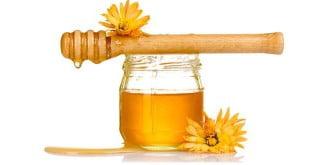 Miód działa doskonale na nasz organizm, jest również idealnym składnikiem domowych napojów izotonicznych.