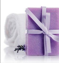 Konserwanty zapobiegając niszczeniu kosmetyków chronią cerę.