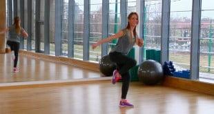 W tym filmie dowiesz się jak wykonywać ćwiczenia - 4 kolana i Grape Vine