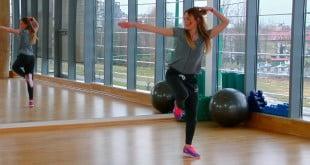 Układ choreograficzny z krokami do aerobiku.