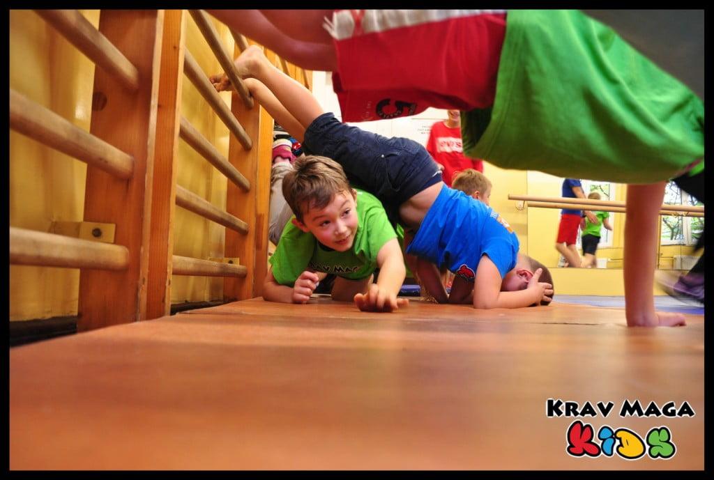 Dzieci uczą się samoobrony poprzez zabawę i ruch.