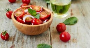 Przepisy na surówki z pomidorami, które urozmaicą Twój codzienny jadłospis.