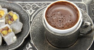 Przepis na tradycyjną kawę po turecku.