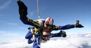 Skoki spadochronowe - co warto wiedzieć o pierwszym skoku?