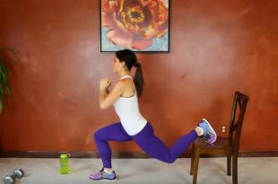 Uda i pośladki z krzesłem angażujące do pracy mięśnie.