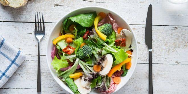 Jak przygotować smaczną sałatkę brokułową w domu.