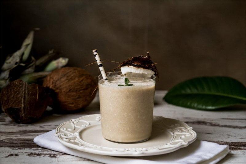 Przepis na wegański kokosowy smoothie.