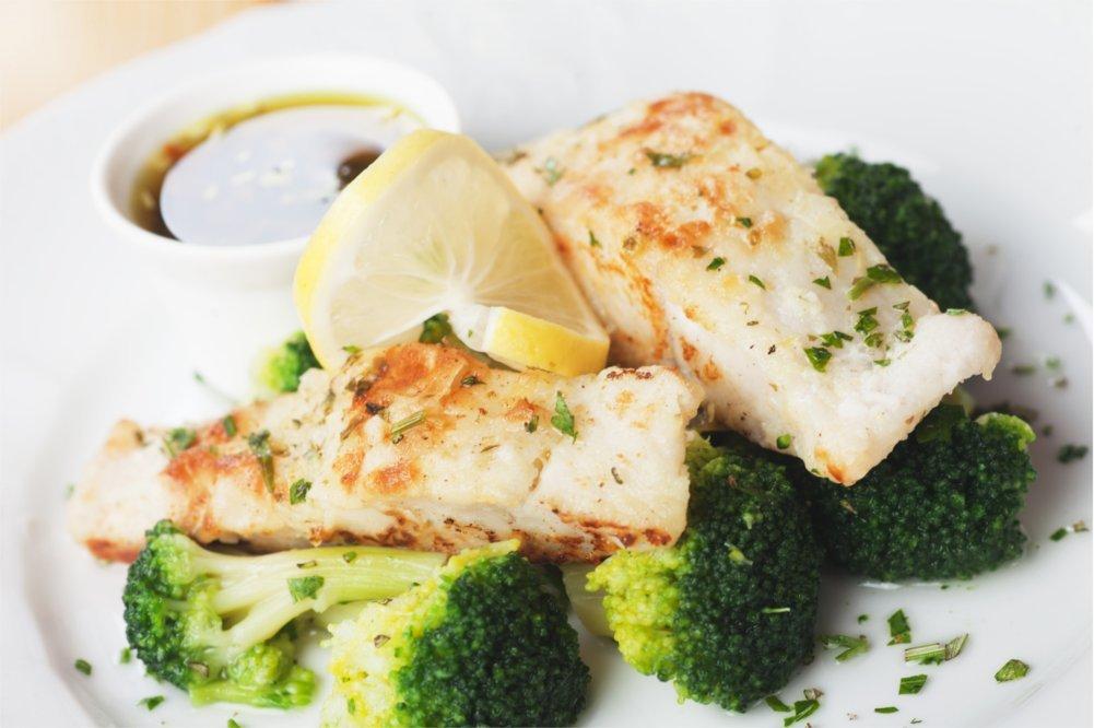 Tłuste ryby morskie zawierają dużo dobroczynnych tłuszczy .