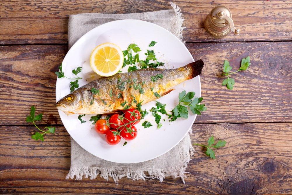 Tłuste ryby morskie w diecie zawierają dużo kwasów omega-3