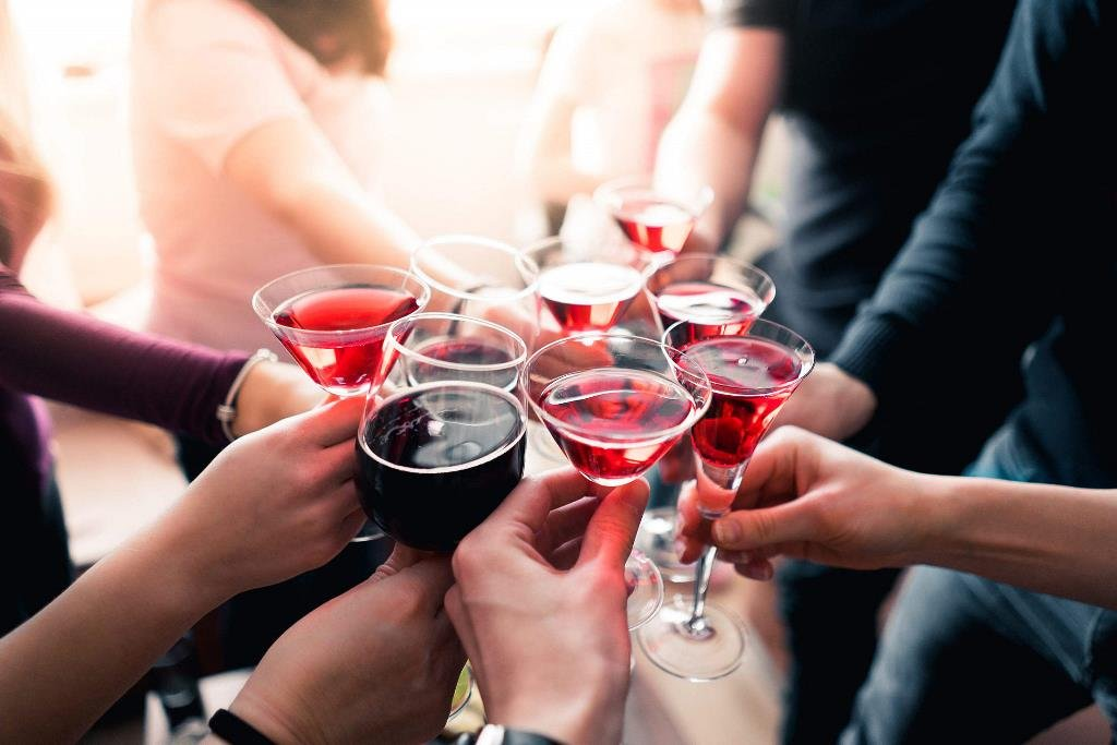 Alkohol również może wywoływać zgagę.