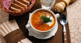 Przepis na zdrową zupę gulaszową z kiszoną kapustą.