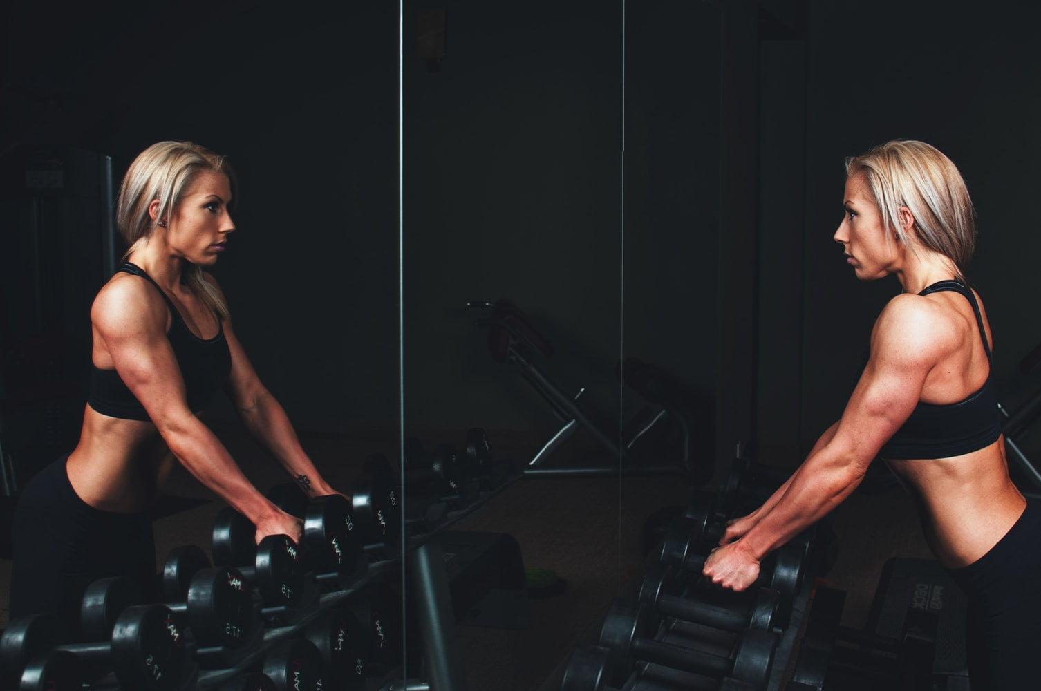 Warto trenować z koszulką termoaktywną na siłowni.