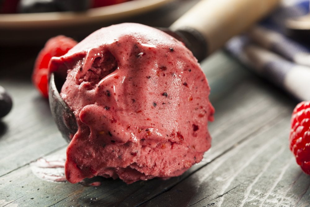 Przepyszny deser w postaci lodów z zdrowym musem brzoskwiniowym.