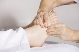 Haluksy to duży problem ze stopami. Podpowiadamy jak można go leczyć.