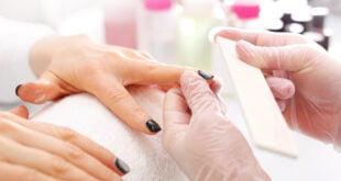 Hybrydy na krótkich paznokciach. Paznokcie pielęgnowane w salonie kosmetycznym.