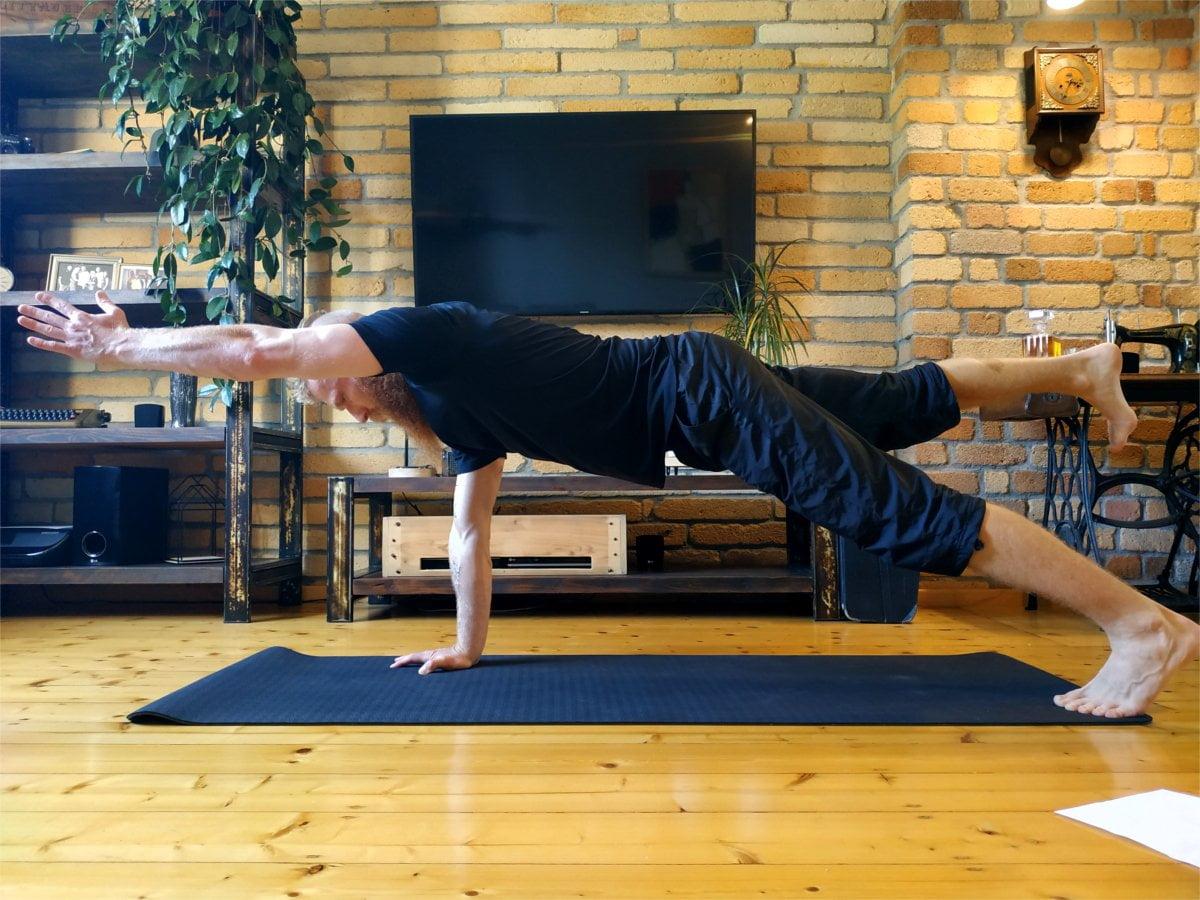 Deska na wyprostowanej ręce z uniesioną nogą. Ćwiczenie deski z dwoma punktami podparcia.