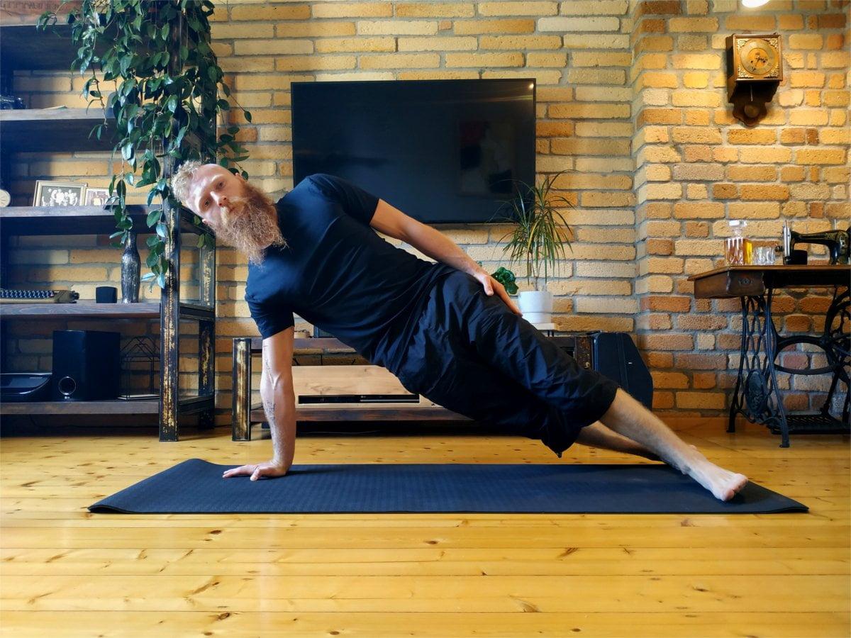Ćwiczenie deska bokiem na prostej ręce.