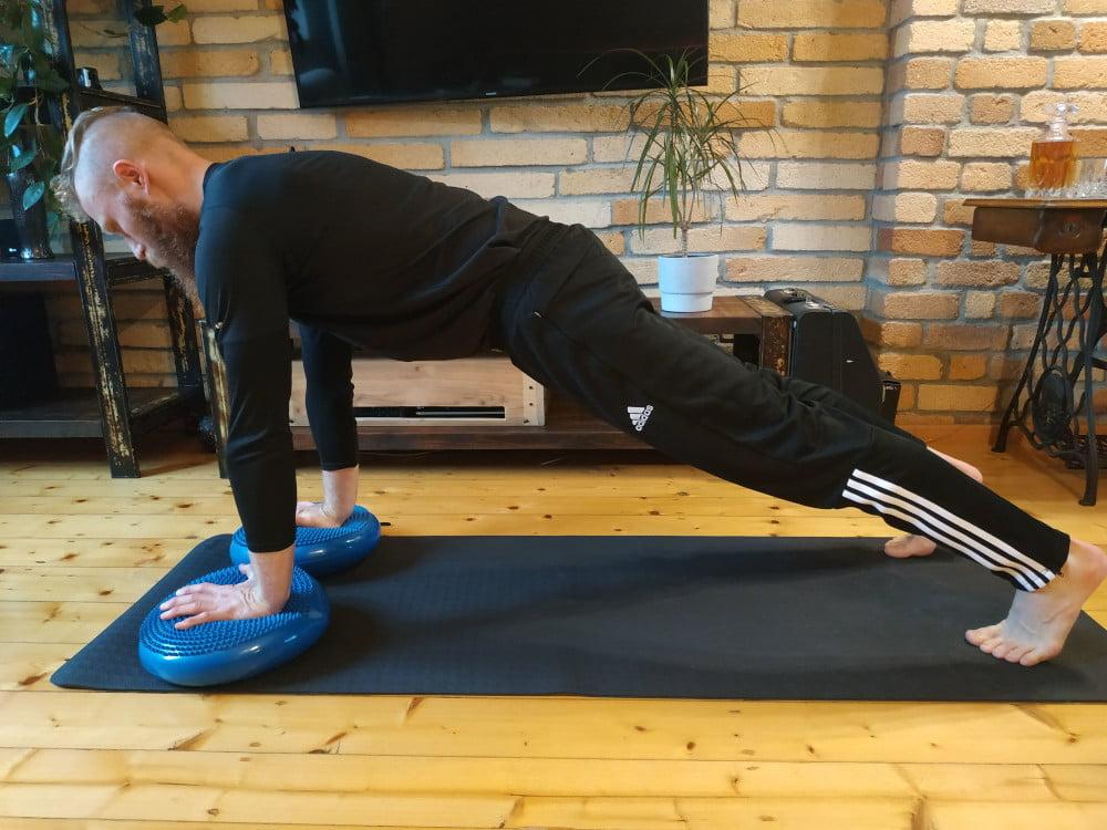 Wariant ćwiczenia deski wykonany na alternatywnym podłożu.