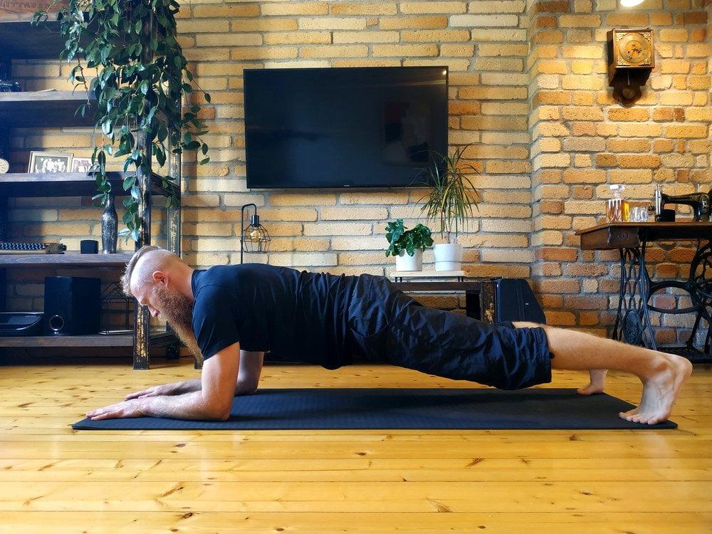 Plank na łokciach. Deska wykonana na przedramionach wzmacnia całe ciało.