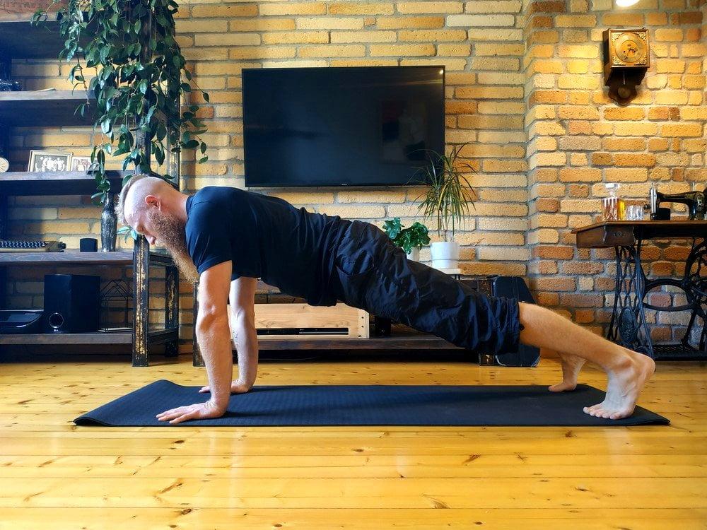 Plank na prostych rękach to podstawowa pozycja w ćwiczeniu deska. Zobacz jak prawidłowo wykonać deskę.