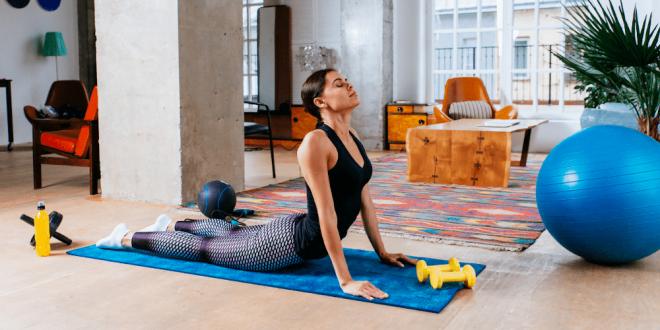 Powody dlaczego lepiej ćwiczyć w domu niż na siłowni.