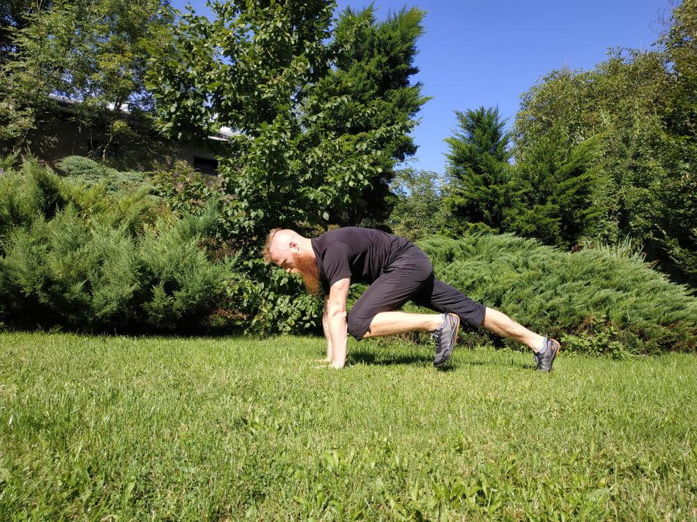Deska to proste ćwiczenie, wykonywane regularnie nie wymaga rozgrzewki. Ćwiczyć deskę możemy w domu, biurze a nawet ogrodzie.