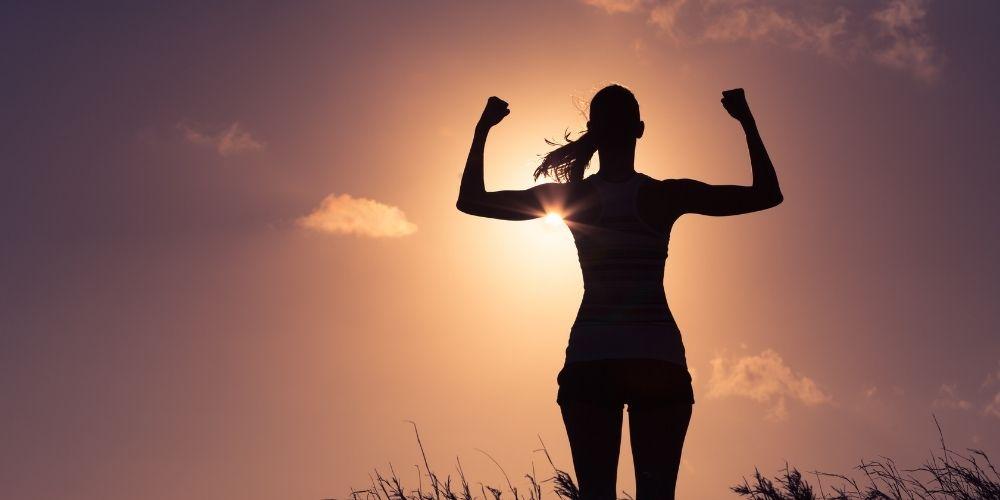 Regularny trening deski wzmacnia całe ciało. Dziennie wystarczy trenować kilka razy po kilkanaście sekund.