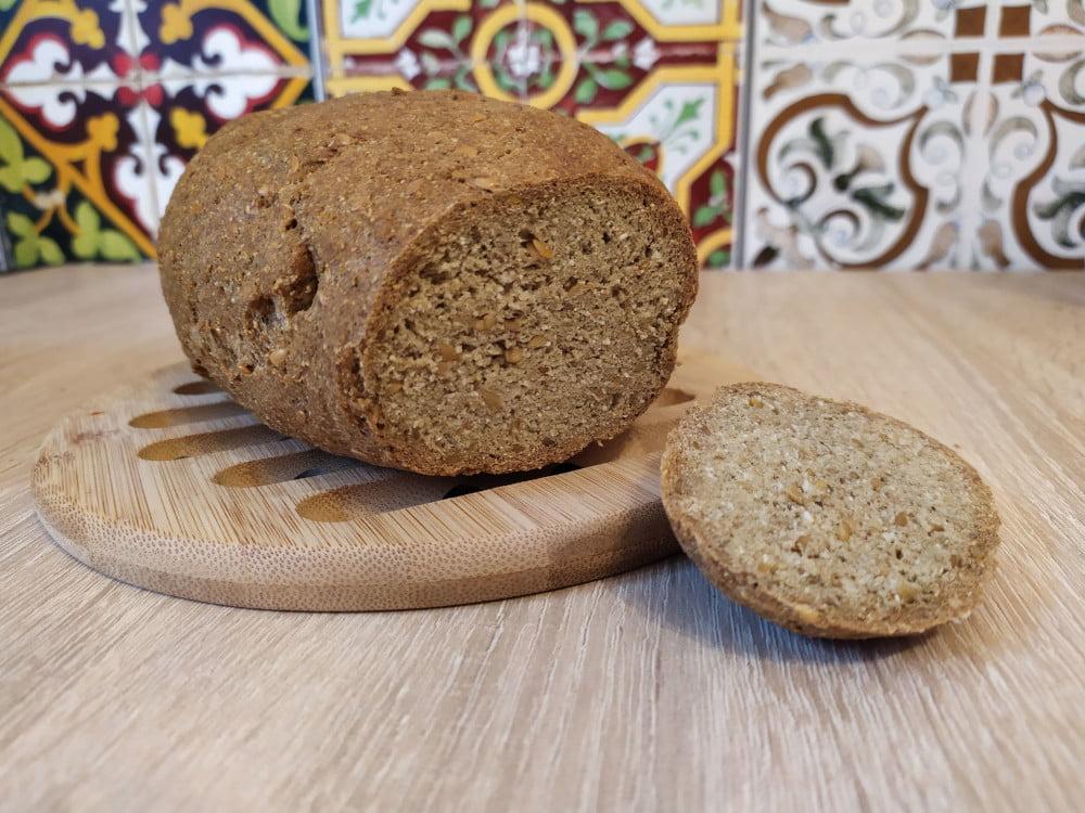 Upieczony chleb proteinowy. Domowe pieczywo dla diety proteinowej.