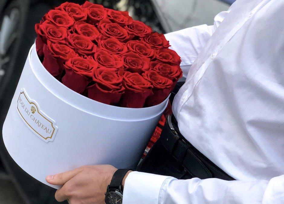 Flowerbox z czerwonymi różami na prezent.
