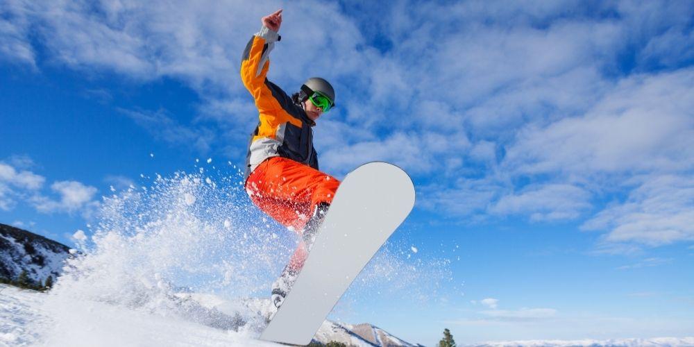 Jazda na desce snowboardowej w okresie zimowym.