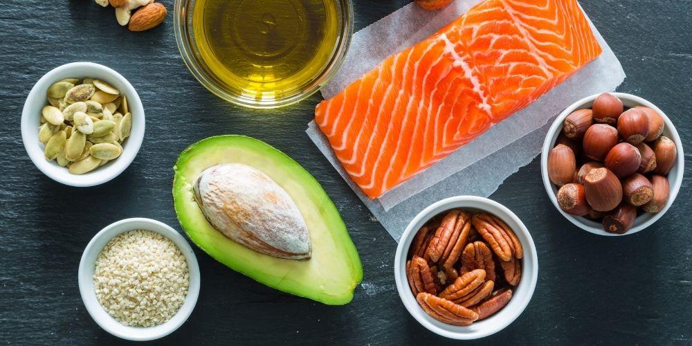 Kwasy tłuszczowe nienasycone występują w rybach, orzechach, awokado i olejach roślinnych.