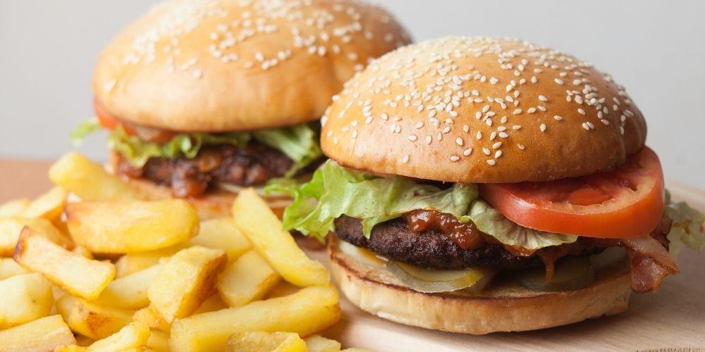 Tłuszcze trans występują w hamburgerach, frytkach oraz innych typowych fast foodach.
