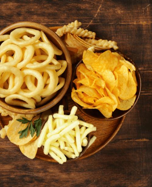Tłuszcze szkodliwe dla zdrowia znajdują się w typowych przekąskach typu chrupki, czipsy, frytki.