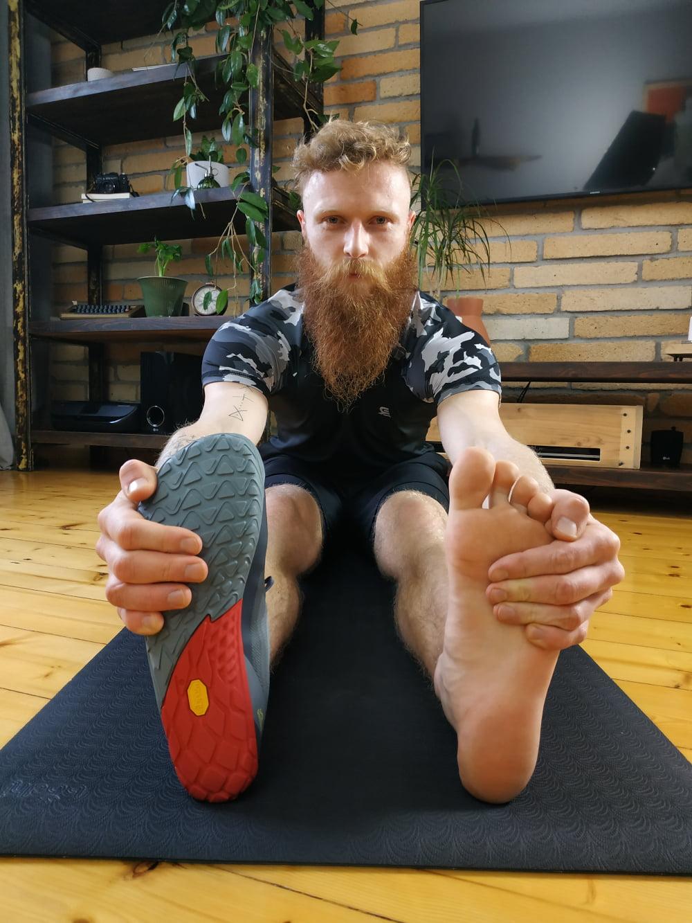 Czy chodzenie boso po domu jest zdrowe? Czy trening na bosaka jest wskazany? Przysiady - czy ćwiczyć boso / na bosaka.
