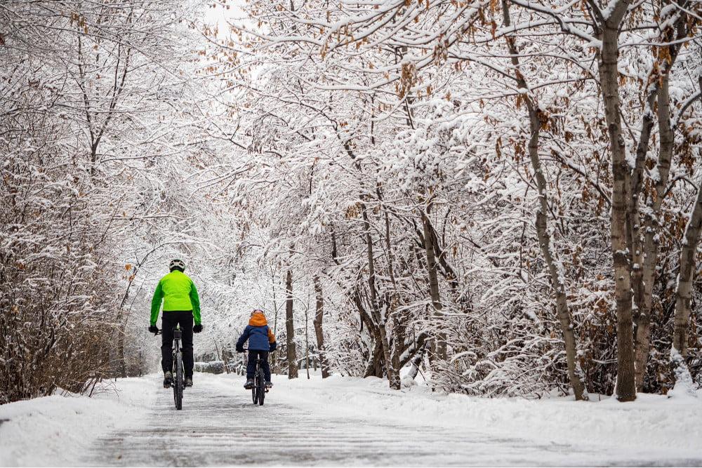 Jazda rowerem zimą wymaga odpowiedniego sprzętu i dobrych opon.