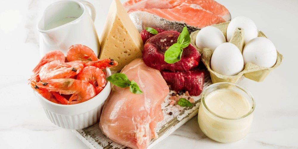 Najlepsze źródła białka to mięso, ryby, nabiał i rośliny strączkowe.