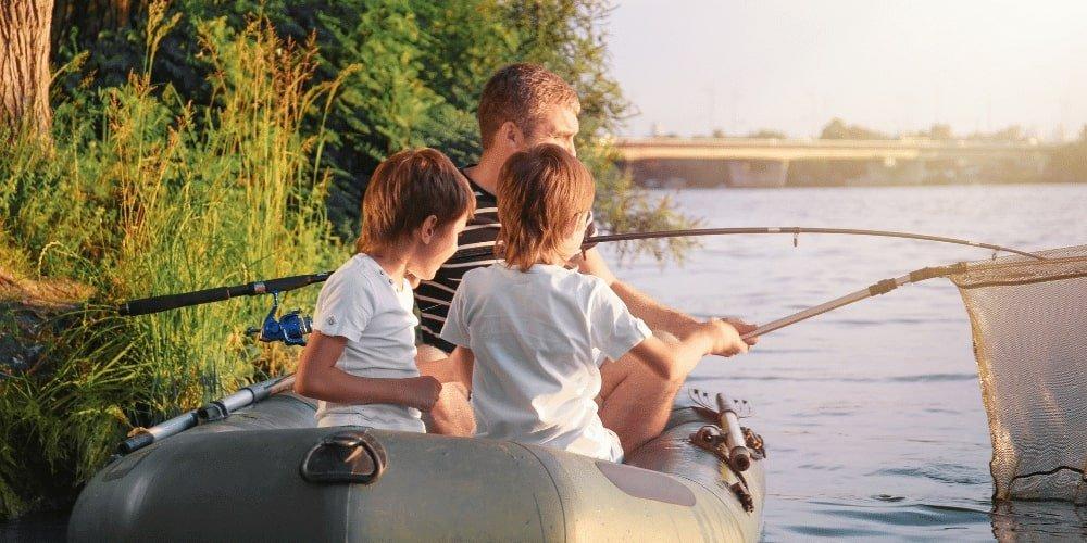 Co zabrać nad wodę z dzieckiem? Najlepiej ponton do wspólnego pływania.